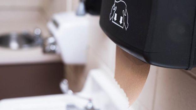Un dispensador de toallas de papel en un baños