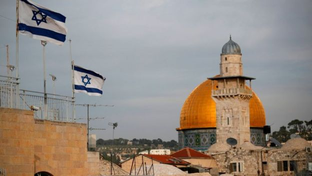 La bandera de Israel ondea en Jerusalén.