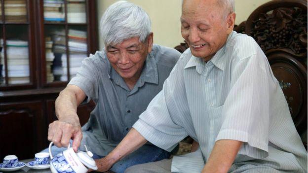 Ông Trần Việt Phương (trái)