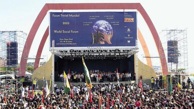 Multidão ouve discurso de Lula em Porto Alegre em 2003