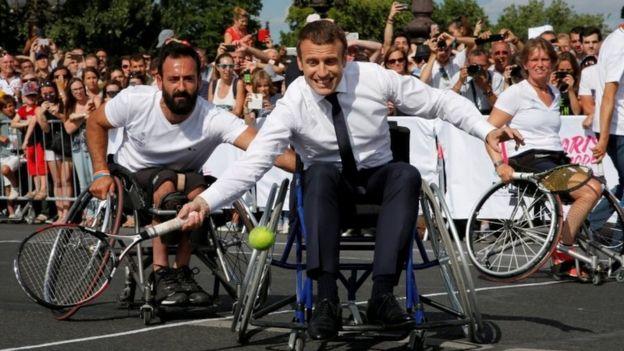 法國總統馬克龍2017年6月坐輪椅打網球