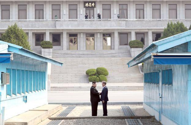 Kim Jong-un dan Moon Jae-in bersalaman di kawasan DMZ.