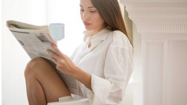 Mujer leyendo el diario