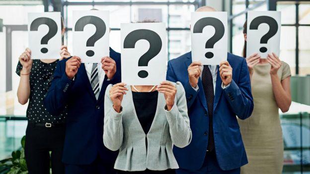 Personas con signos de pregunta en sus caras