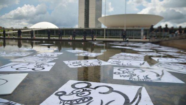 Manifestação em favor da operação Lava Jato na porta do Congresso em dezembro 2016, com imagens de ratos no espelho d'água