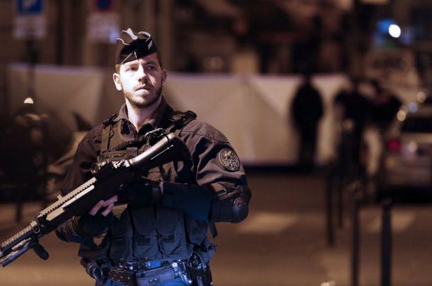 警方在開槍擊斃攻擊者之前,曾經試圖以電擊槍制服他但未能成功。