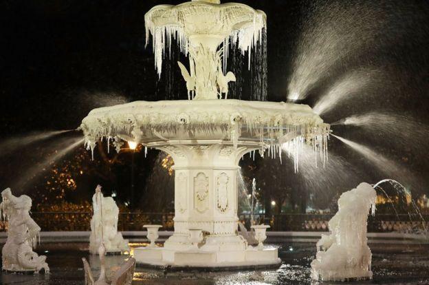 یخ زدن آب نما در خیابانهای جورجیا در روز چهارشنبه گذشته