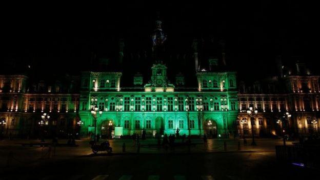 La alcaldía de París iluminada de verde.