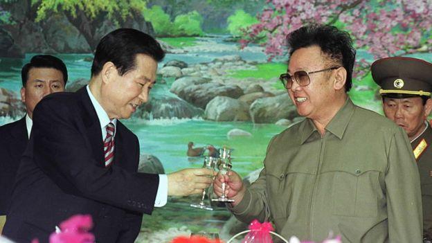 El presidente de Corea del Sur, Kim Dae-jung, a la izquierda, y el líder norcoreano Kim Jong-il, brindan en Corea del Norte en el año 2000.