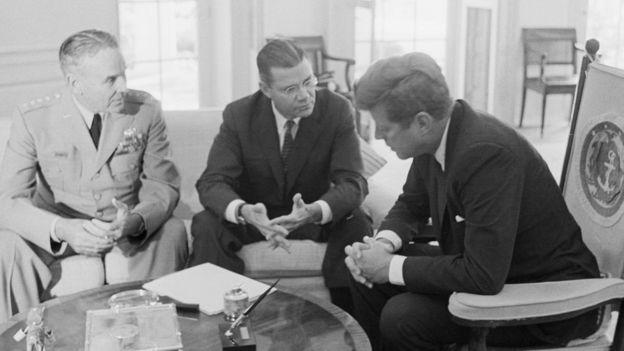 Tổng thống JF Kennedy (bìa phải) bàn tình hình Việt Nam với quan chức quốc phòng Hoa Kỳ