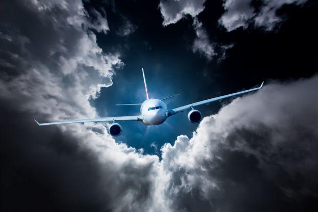 avión entre nubes grises