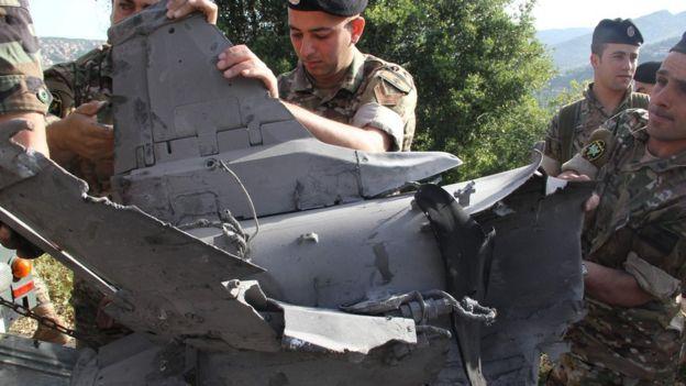 Soldados libaneses inspeccionan los restos de un misil en la pequeña localidad de Hebarieh.