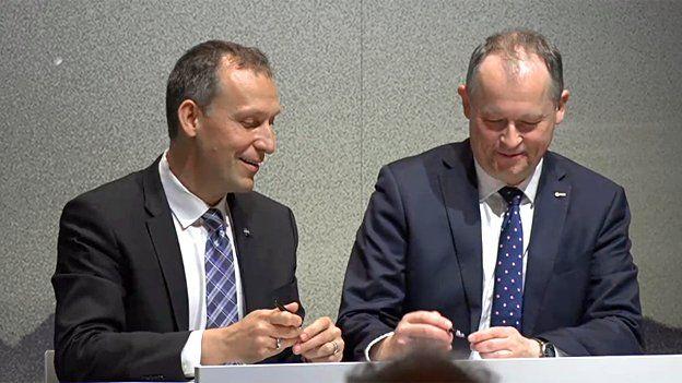 Thomas Zurbuchen (à esq.) e Dave Parker assinam carta de intenções em Berlim