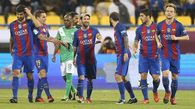 Jugadores del F.C. Barcelona con la camiseta de Qatar Airways.