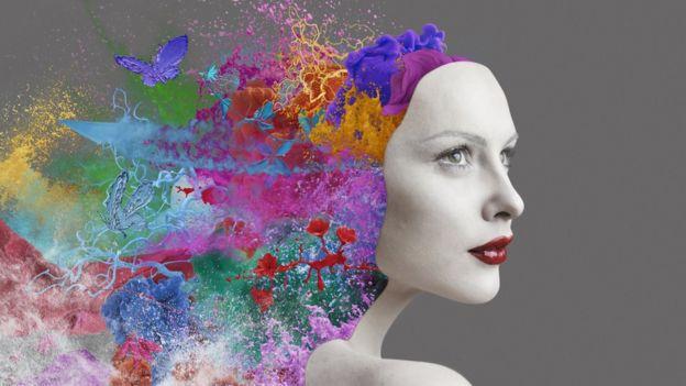 Imagen computacional de mujer y cabeza con colores.