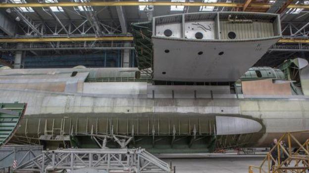 أكبر طائرة في العالم Antonov An-225 Mriya في مهمة جديدة  _96032701_p051tmwm-1