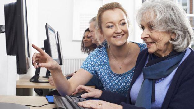 Senhora usando o computador