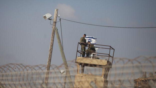 Militares israelíes vigilan la frontera con Gaza