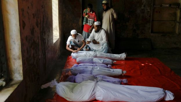 Cadáveres de niños y adultos tras el naufragio (crédito: Reuters)