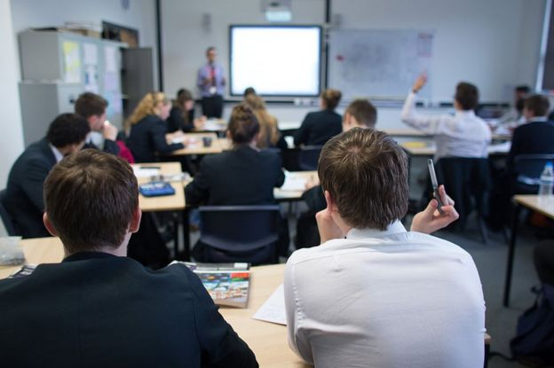 Alumnos en clase en Reino Unido