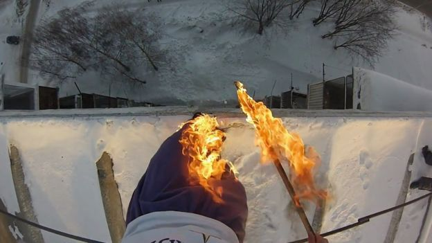 Alexander Chernikov prendió sus pantalones en llamas antes de saltar e un banco de nieve. El video se hizo viral en internet.