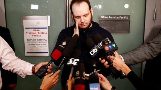 Boyle habla a la prensa en el aeropuerto de Toronto