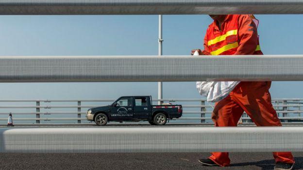 Trabajador de limpieza en el puente Hong Kong-Zuhai-Macao.