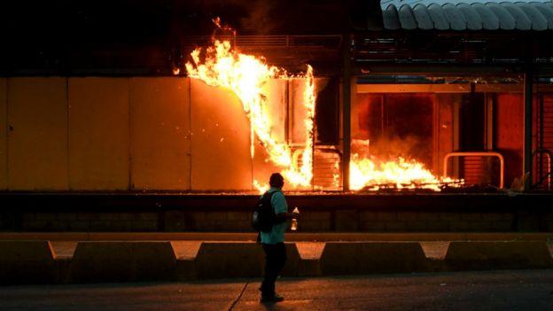 Incendio durante protestas en Honduras.