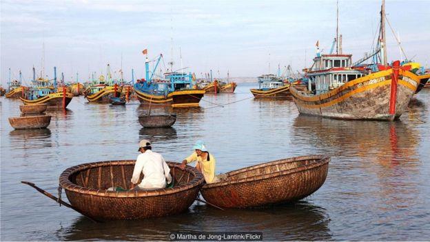Người dân địa phương đi lại trên mặt nước bằng những chiếc thuyền thúng