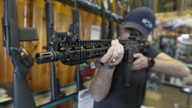Un hombre apuntando con un rifle.