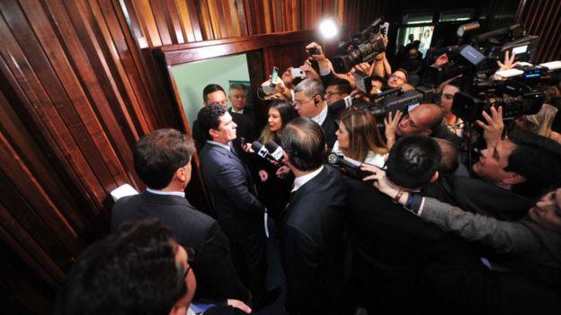 Sérgio Moro sendo abordado por jornalistas após evento