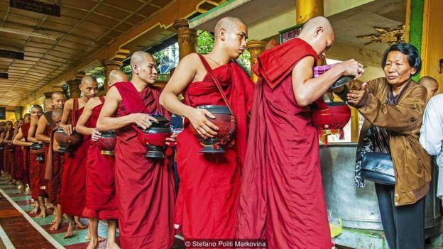 Ở Miến Điện hiến tặng thức ăn cho nhà sư là việc thông thường theo truyền thống của đạo Phật