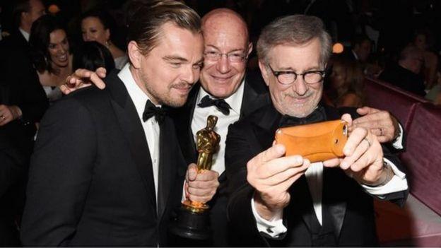 Арнон Милчен (в центре), Леонардо ДиКаприо и Стивен Спилберг