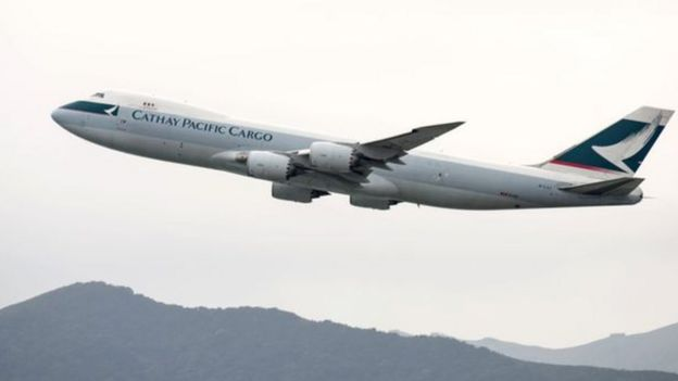 一架香港国泰航空货运飞机起飞