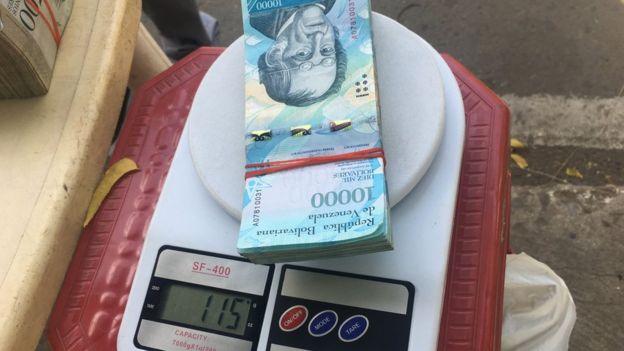 Dinero en una balanza. (Foto: Boris Miranda)