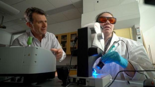 Prof Mason mengajak wartawan BBC, David Shukman, untuk menyaksika hasil penelitian.