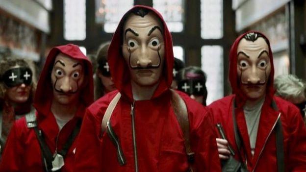 Personagens com máscaras de Dalí