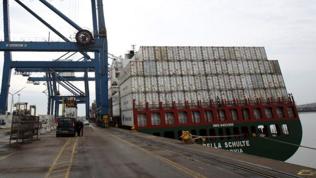 Barco cargado de containers en el puerto.