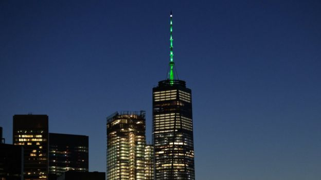 One World Trade Center con luces verde