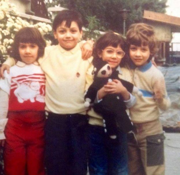 Andrea Mongiardo (no centro à esquerda), que recebeu o coração de Nicholas, em uma foto de 1987 com seus irmãos Marta, Valentina e Marco em Milão