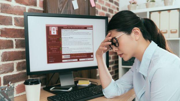 Mulher lamenta ciberataque