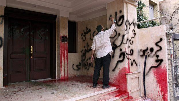 خانه کروبی در خیابان دیباجی هدف حمله مخالفانش قرار گرفت