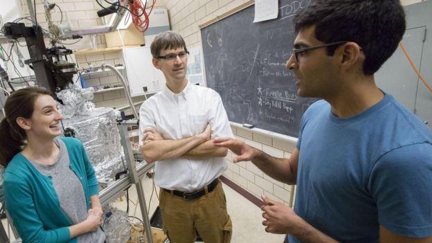 Peter Abbamonte (centro) e os estudiantes Mindy Rak (esq.) e Anshul Kogar (dir.), que participaram do estudo