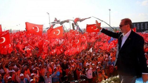 Rais Erdogan amewaambia watu mjini Istanbul kuwa atapitisha sheria ya kifo kama italetwa tena na bunge la nchi hiyo.
