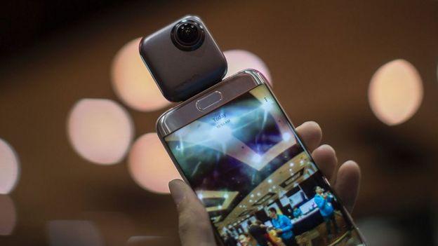 Un celular con una cámara cuadrada pegada encima