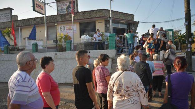 Eleitores aguardam em fila para votar em Cuba