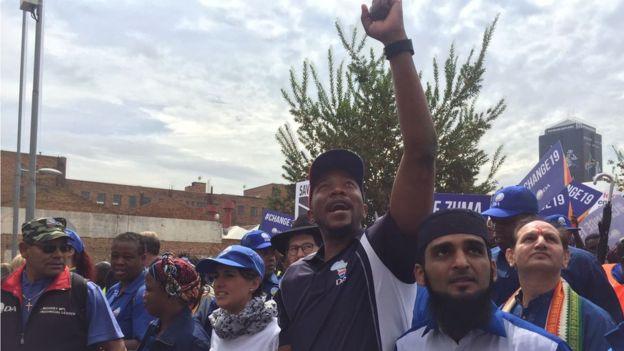 Mmusi Maimane, dirigeant de l'alliance démocratique en tête de cortège à Johannesburg
