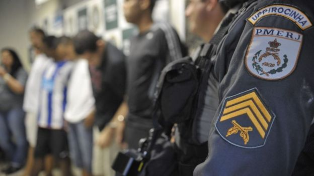 Policia com presos