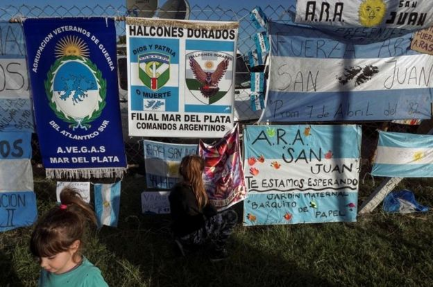 Mensajes de apoyo a la tripulación y sus familiares cuelgan fuera de las instalaciones de la Armada en Mar del Plata.