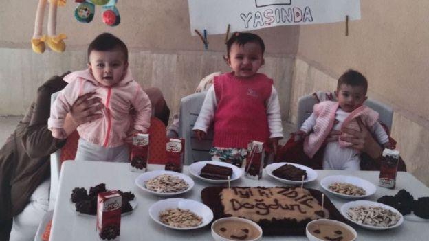 Konya Ereğli Cezaevi'nde gardiyanların çektiği bir doğum günü fotoğrafı.